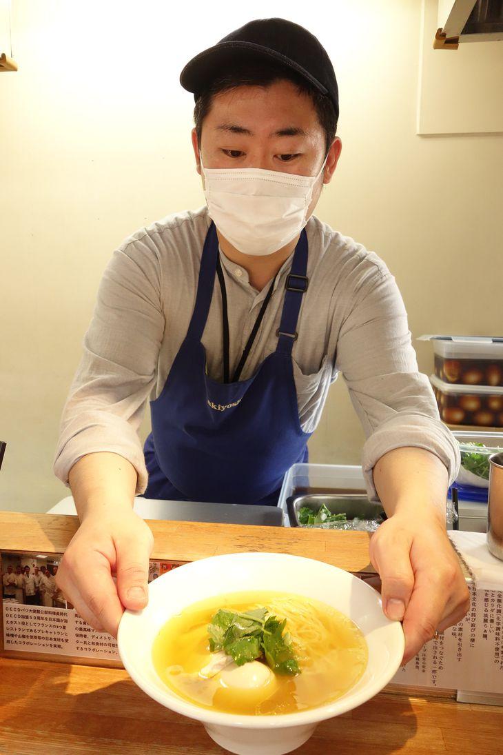 立ち食い店でラーメンを提供するシェフの秋吉雄一朗氏