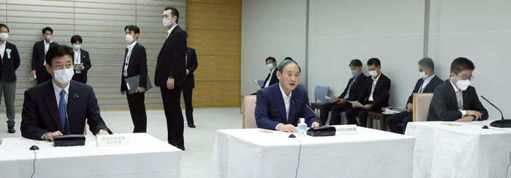 経済財政諮問会議で発言する菅義偉首相(中央)=3日午後、首相官邸(春名中撮影)
