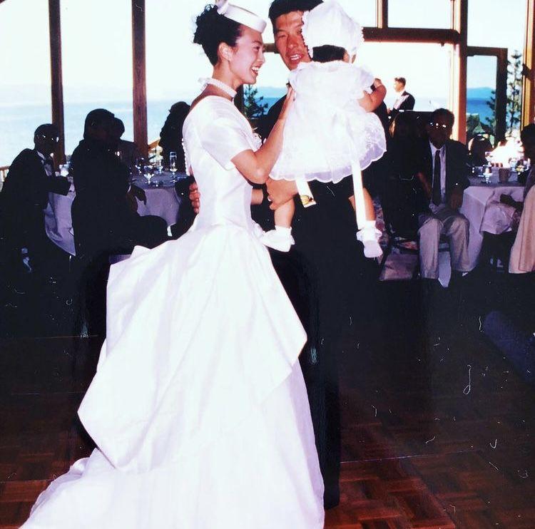 1994年に行った自身の米国挙式の写真も掲載。長女を抱いて愛を誓った(インスタグラムより)