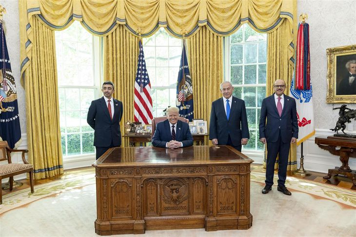 15日、米ホワイトハウスの大統領執務室で並ぶ(左から)アラブ首長国連邦のアブドラ外務・国際協力相、トランプ米大統領、イスラエルのネタニヤフ首相、バーレーンのザヤニ外相(ホワイトハウス提供・ゲッティ=共同)