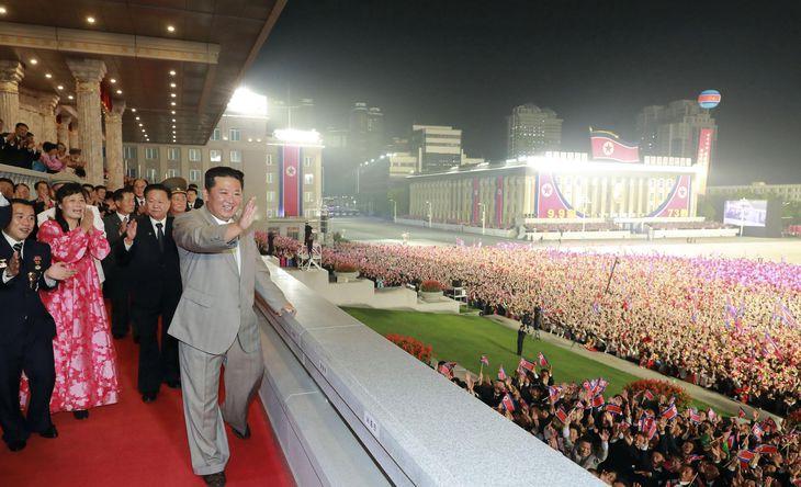 北朝鮮建国73年の記念日を迎え、「民間・安全武力閲兵式」に臨み手を振る金正恩朝鮮労働党総書記=9日未明、平壌の金日成広場(朝鮮中央通信=共同)