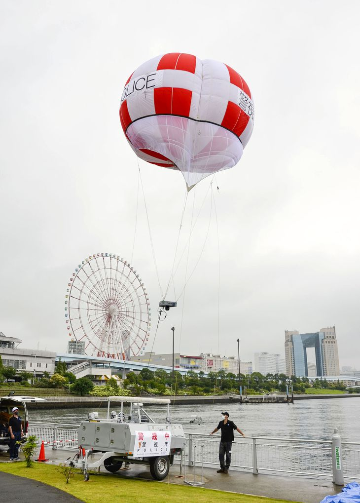 試験運用のため、上空に上げられる警視庁のバルーンカメラ=5日午前、東京都江東区の「水の広場公園」