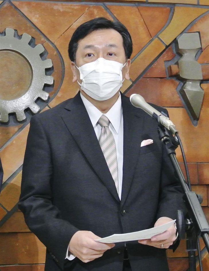 記者団の取材に答える立憲民主党の枝野代表=17日午後、東京都千代田区