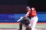 メキシコ戦の7回、左翼席へ本塁打を打つ坂本勇人=31日、横浜スタジアム(納冨康撮影)