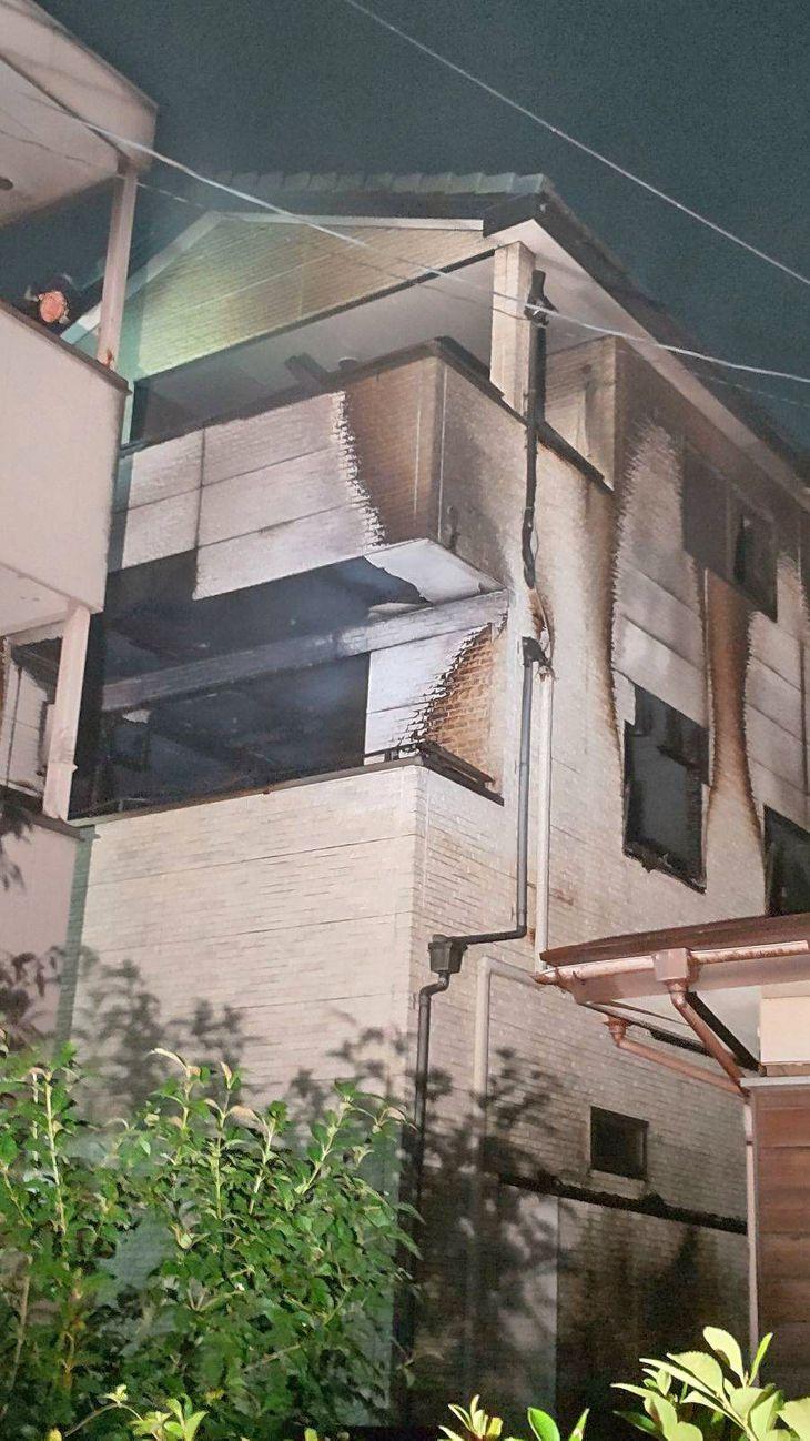 火災が発生した木造3階建て住宅=8日午前1時ごろ、埼玉県草加市(兼松康撮影)