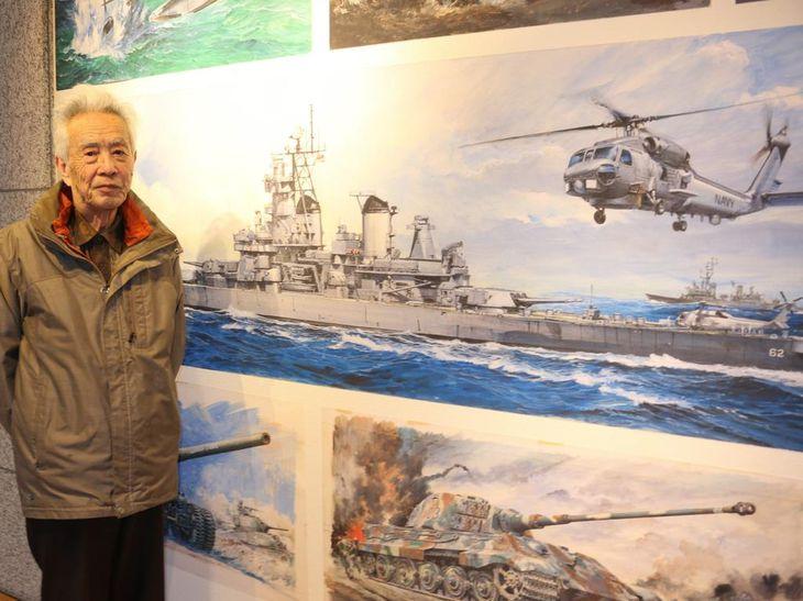 原画展の会場に立つ画家、高荷義之さん=前橋市千代田町の前橋文学館