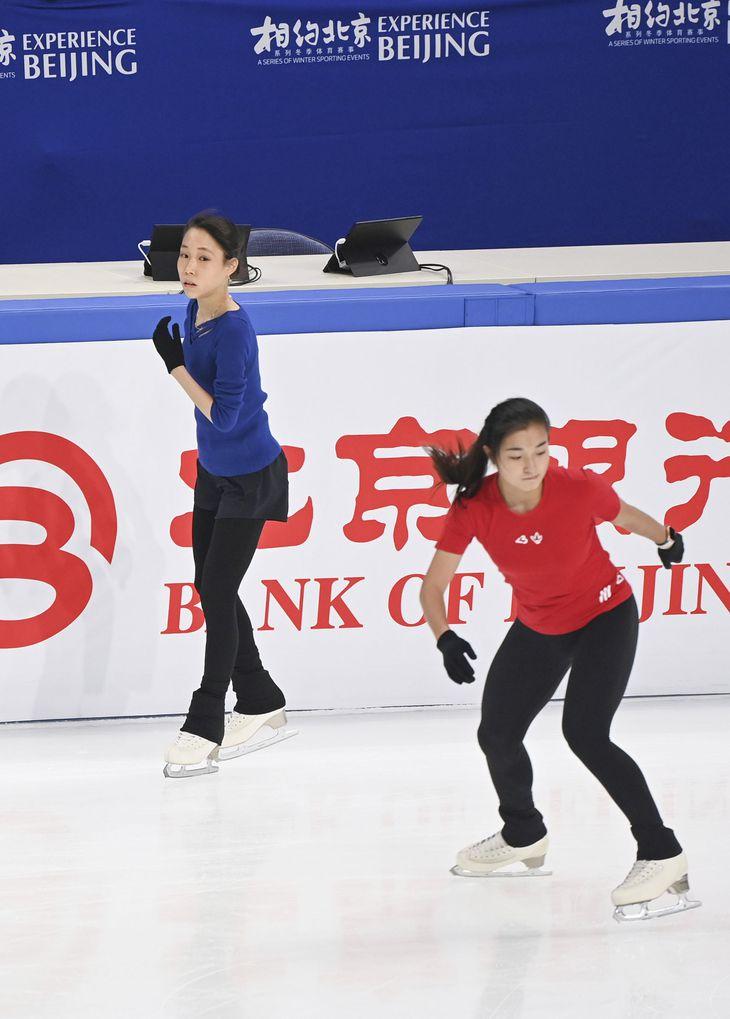 公式練習で調整する三原舞依(左)と坂本花織=北京・首都体育館(共同)