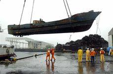 平成13年12月に海上保安庁巡視船との銃撃戦の末、沈没した北朝鮮の工作船。米側は生物兵器を警戒し、遺体の予防接種歴を調べたという。14年10月に引き揚げられた=鹿児島市
