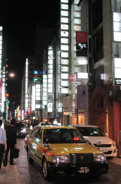 ネオンがまぶしい夜の銀座(本文とは関係ありません)=東京都中央区