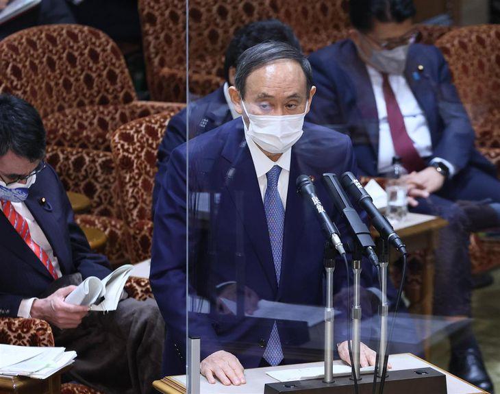 参院予算委員会で答弁する菅義偉首相=15日午後、参院第1委員会室(春名中撮影)