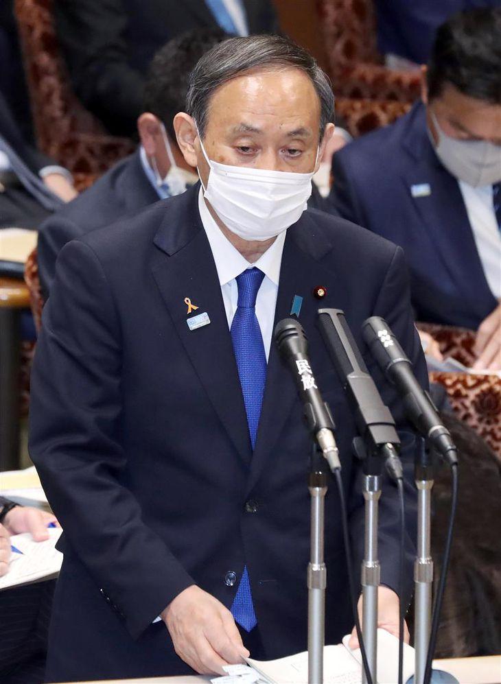 参院予算委員会で答弁する菅義偉首相=5日午後、国会・参院第1委員会室(春名中撮影)