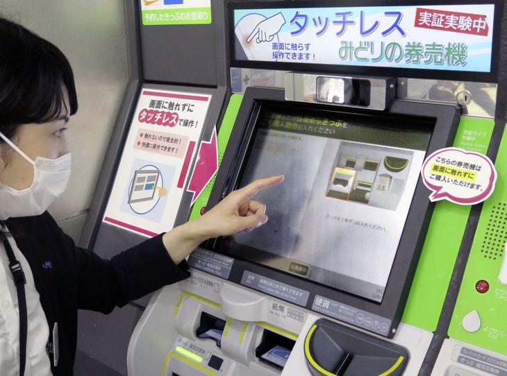 JR新大阪駅に設置されたタッチレス券売機=2日午前