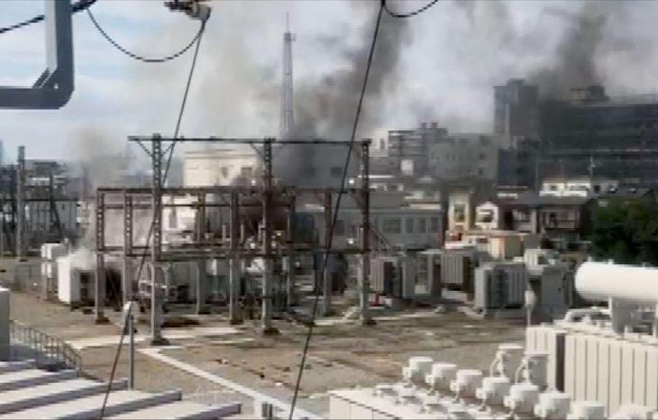 火災のあったJR東日本の変電所=10日午後、埼玉県蕨市(近隣住民提供)