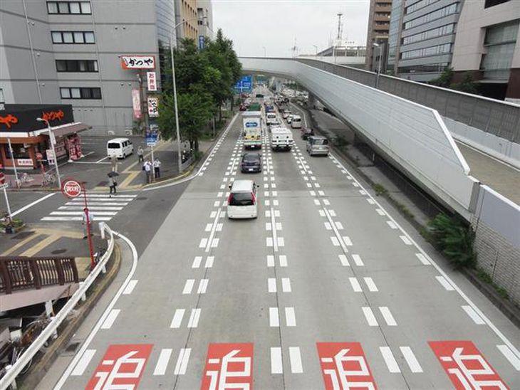 コンクリート舗装が施された名古屋市内の国道22号。名古屋市は普及率が約3割とかなり高い
