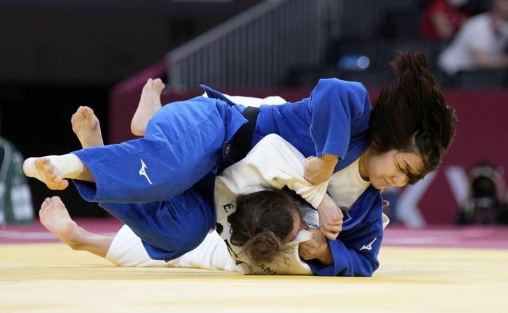 女子57キロ級3位決定戦。ジョージア選手を破った芳田司=日本武道館