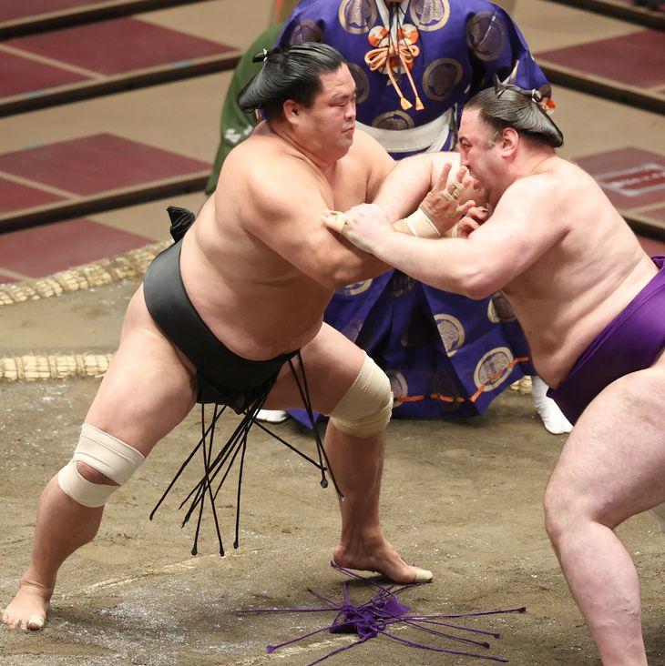妙義龍(左)は元大関の栃ノ心を押し出し、初日から4連勝=両国国技館(尾崎修二撮影)