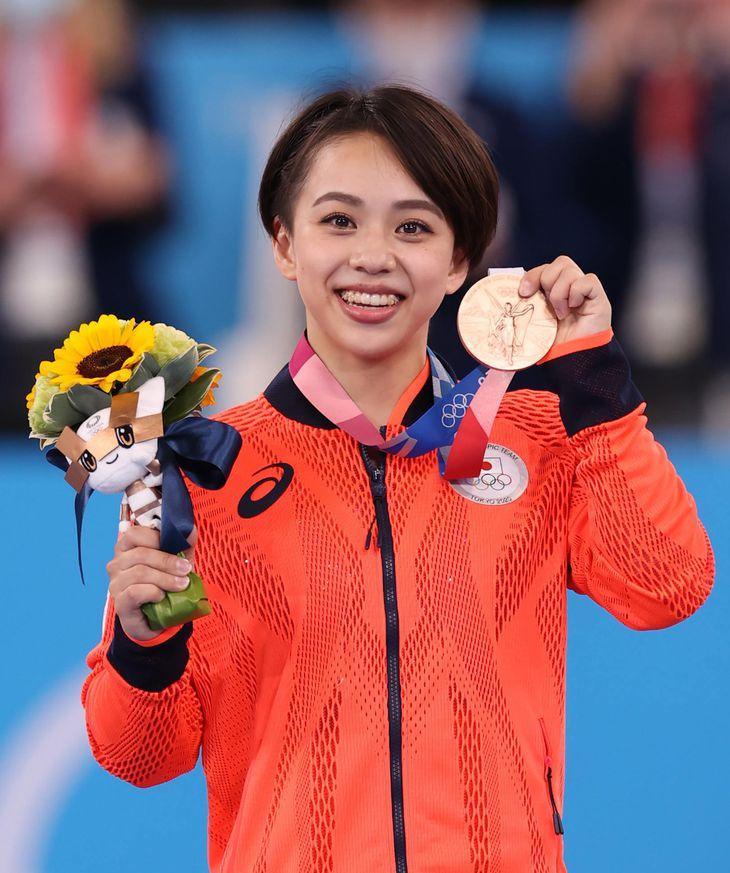 【東京五輪2020 体操】〈女子種目別決勝 床運動〉表彰式で銅メダルを手にする村上茉愛=2日、有明体操競技場(川口良介撮影)