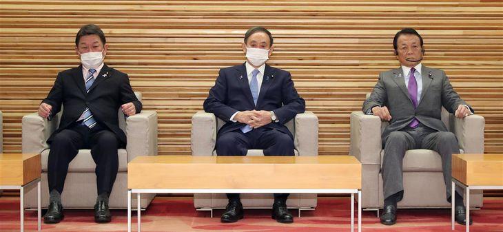閣議に臨む(左から)茂木敏充外務相、菅義偉首相、麻生太郎副総理兼財務相=10日午前、首相官邸(春名中撮影)