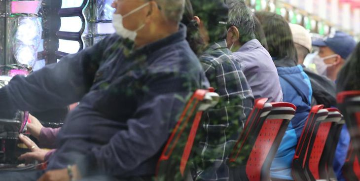 都の休業要請にもかかわらず営業を続けるパチンコ店。客がひっきりなしに出入りしていた=28日午後、東京都葛飾区亀有(飯田英男撮影)