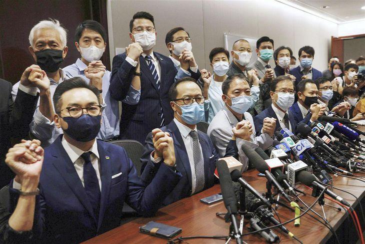 辞職を表明した香港立法会の民主派議員ら=2020年11月11日(ロイター)