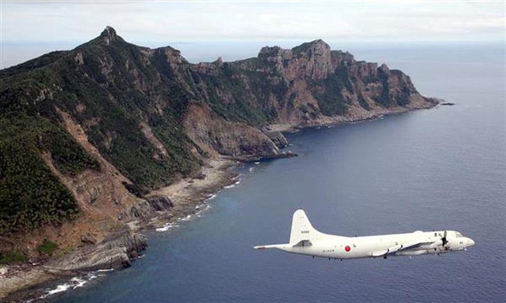 尖閣諸島を含む東シナ海上空。海上自衛隊の哨戒機P-3Cから(鈴木健児撮影)