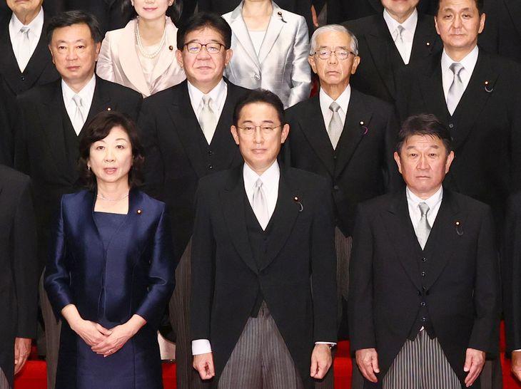 総理大臣として閣僚と記念撮影に臨む岸田文雄首相=4日、首相官邸(春名中撮影)