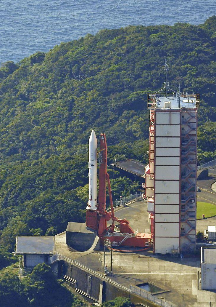 上空の風のため、打ち上げが中止された小型ロケット「イプシロン」5号機=7日午前9時43分、鹿児島県肝付町の内之浦宇宙空間観測所(共同通信社ヘリから)