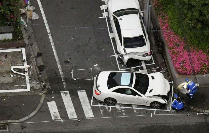 パトカーに追跡され、暴走して歩行者をはねた乗用車(手前)=20日午後4時30分、東京都大田区(共同通信社ヘリから)