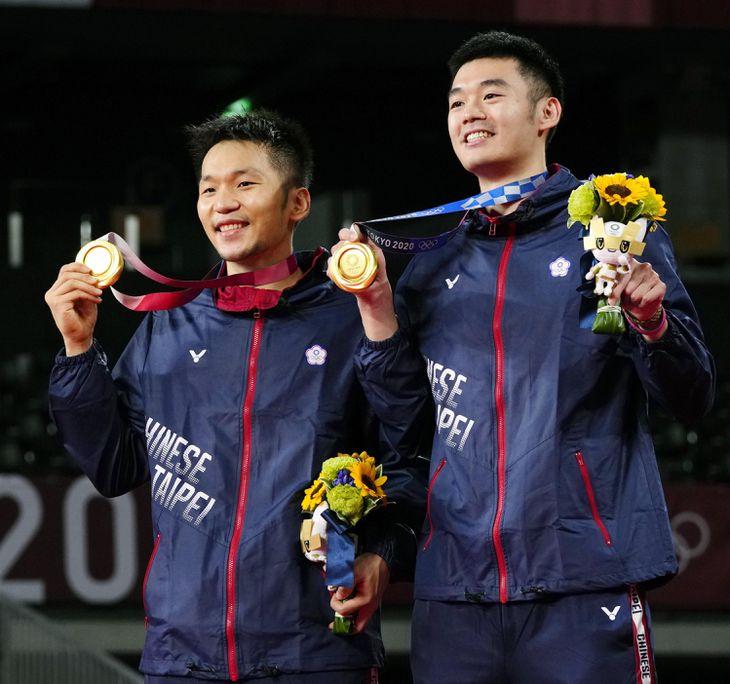 男子ダブルスで優勝し金メダルを手にする李洋(左)、王斉麟組=武蔵野の森総合スポーツプラザ
