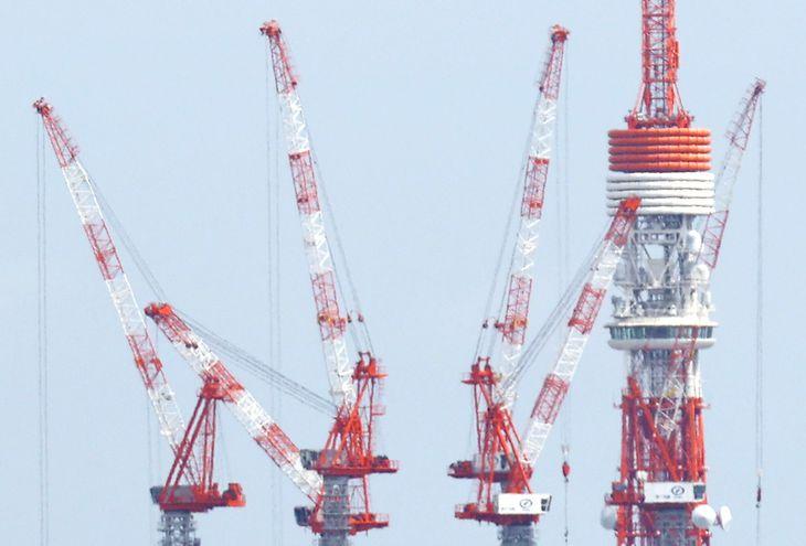 ビルのクレーンと東京タワー =東京都新宿区から(萩原悠久人撮影)