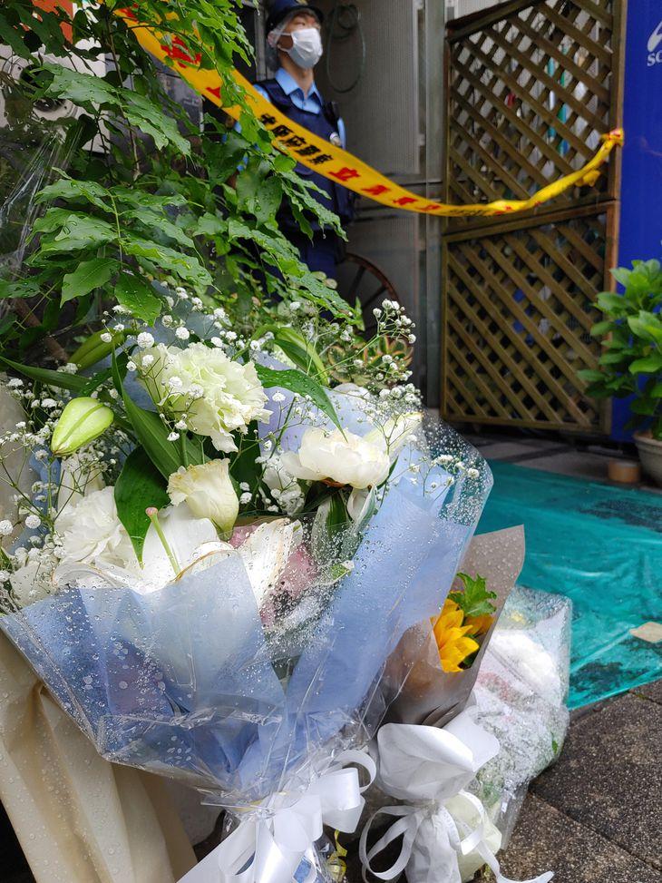 現場ビルには、花束が手向けられていた=16日午前、大阪市北区天神橋