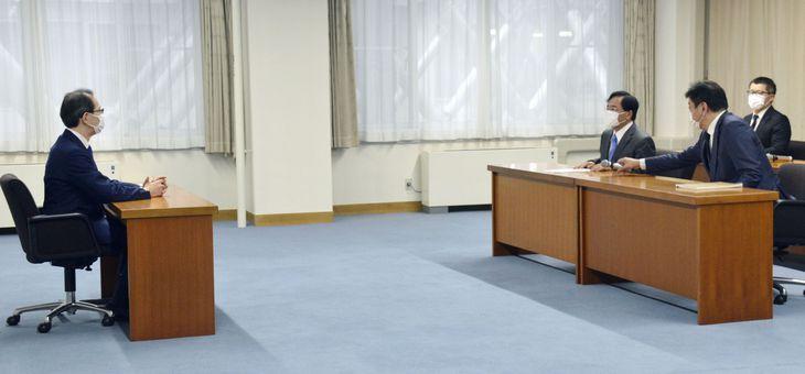 福島県の内堀雅雄知事(左端)と会談する東京電力HDの小林喜光会長(右から3人目)=11日午前、福島県庁