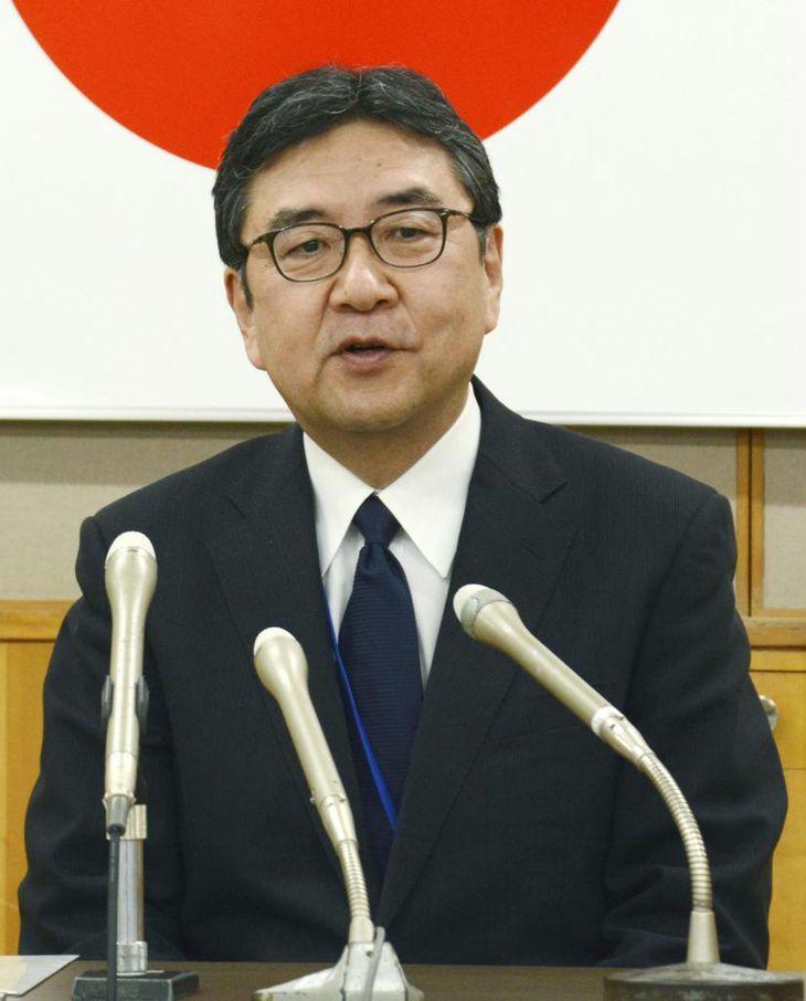 記者会見する九州管区警察局の花岡和道局長=6日午後、福岡市