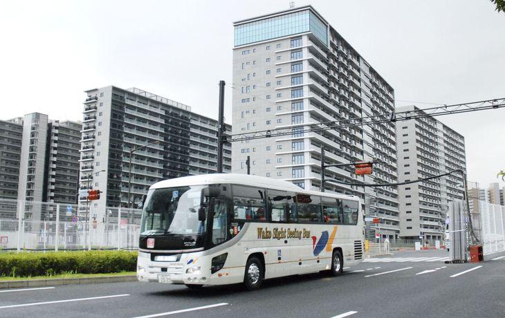 閉村した選手村から、大会関係者を乗せて空港に向かうバス=8日午後、東京・晴海