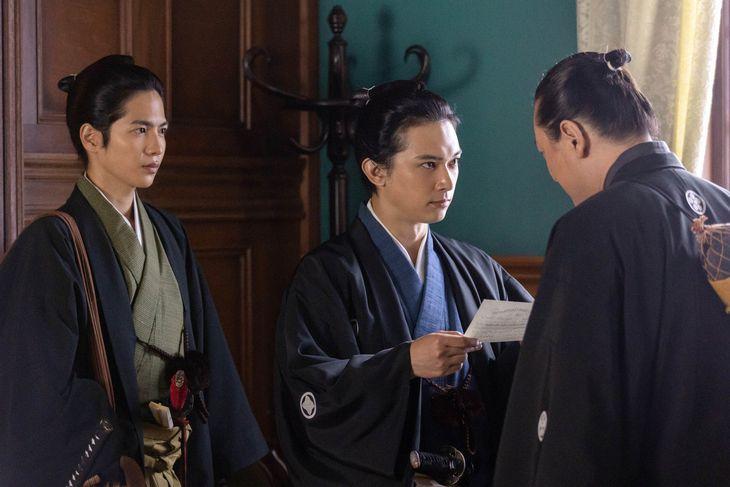 渋沢栄一(吉沢亮、中央)と杉浦愛蔵(志尊淳、左) (C)NHK
