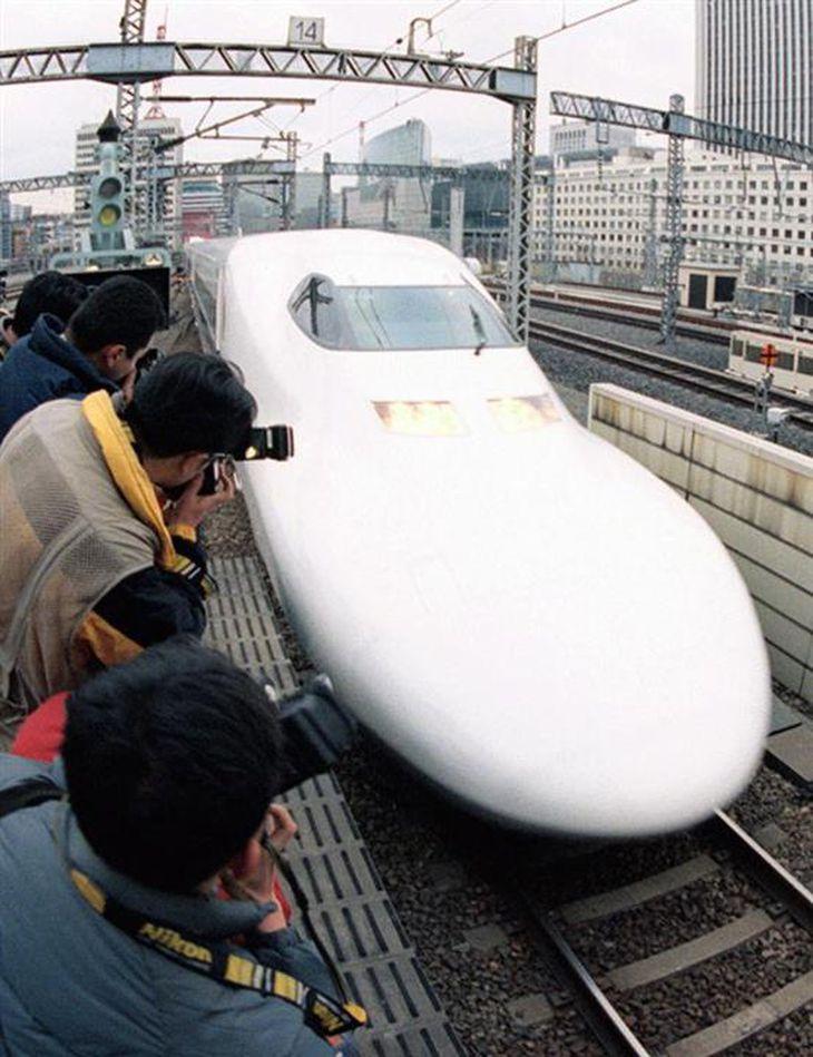 1999年3月、デビューし、ホームに入る東海道新幹線の「700系のぞみ」=JR東京駅