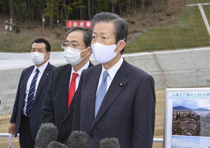 2014年の広島土砂災害の復旧状況を視察後、取材に応じる公明党の山口那津男代表=22日午後、広島市