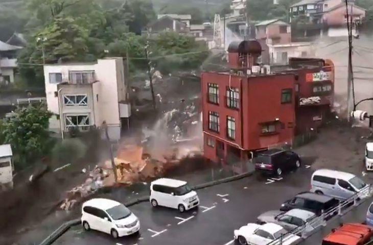 静岡県熱海市伊豆山付近で発生した大規模な土石流=3日(ツイッターより)