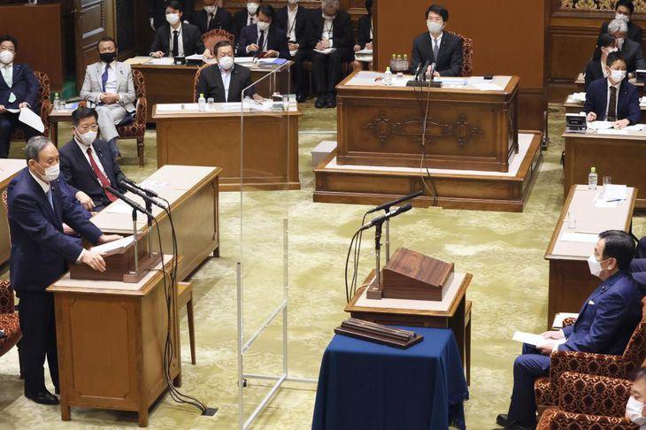 菅首相(手前左)と、立憲民主党の枝野代表(同右)の党首討論=6月9日、参院第1委員会室