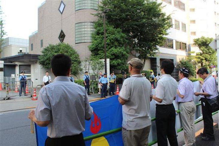 「ウルムチから1万人消えた」「拘束ウイグル人を返せ」 在日ウイグル、チベット、モンゴル人らが中国大使館に抗議デモ
