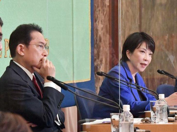 (左から)岸田文雄前政調会長、高市早苗前総務相(宮崎瑞穂撮影)