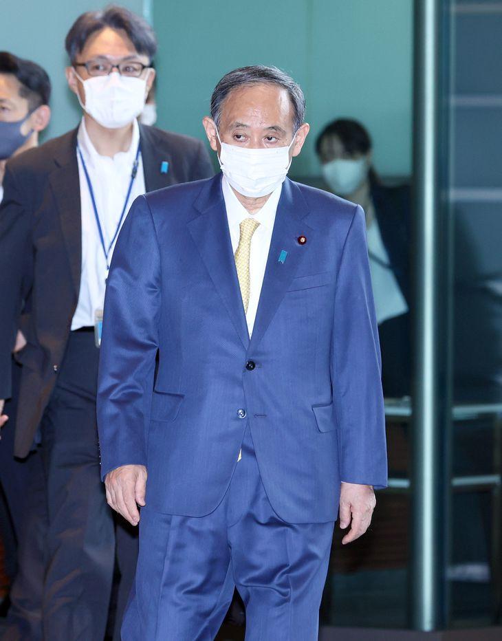 出邸する菅義偉首相=25日午前、首相官邸(春名中撮影)