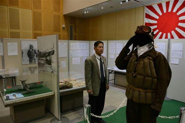 特攻隊員が着用した装備品などが展示されている姫路市平和資料館の春季企画展=姫路市西延末