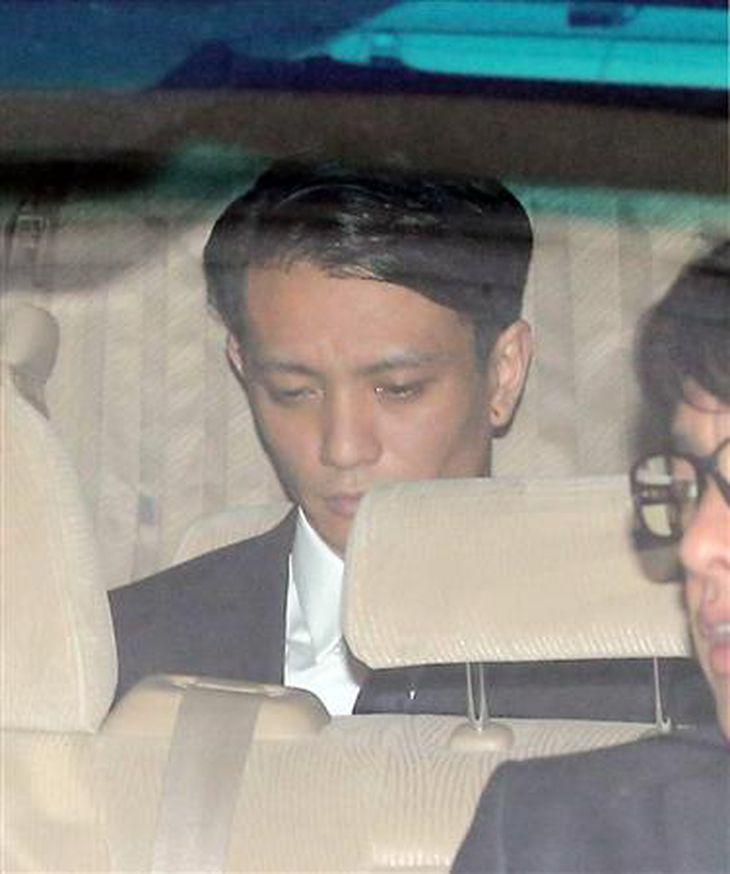 渋谷署から釈放される田中聖。車の後部座席に座り、疲れた表情でうつむいていた=東京・渋谷(撮影・長尾みなみ)