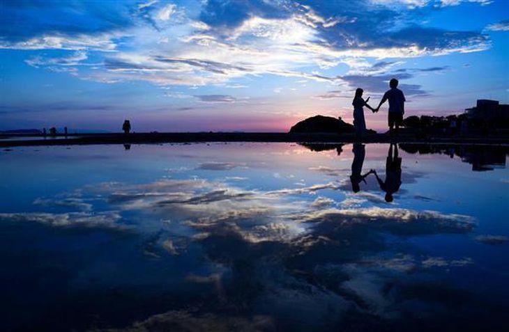 【view 写】「日本のウユニ塩湖」香川県三豊市「父母ケ浜」 SNSで発信、瀬戸内の水鏡