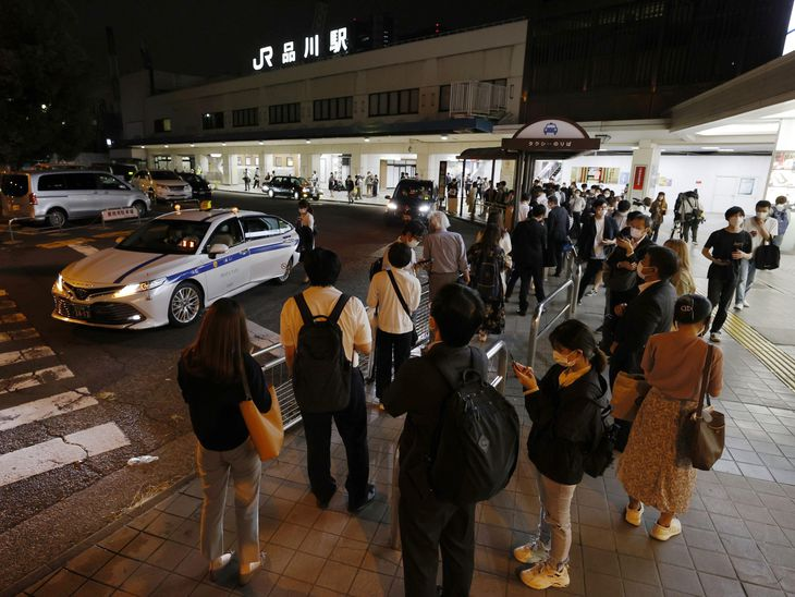 首都圏で最大震度5強を観測した地震発生後、JR品川駅前で、タクシーを待つ多くの人たち=8日未明
