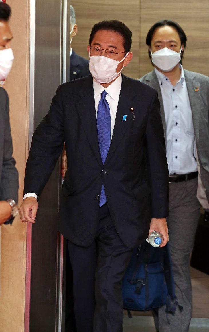 自民党本部に入る岸田文雄総裁(中央)=3日午後、東京・永田町の自民党本部(鴨志田拓海撮影)