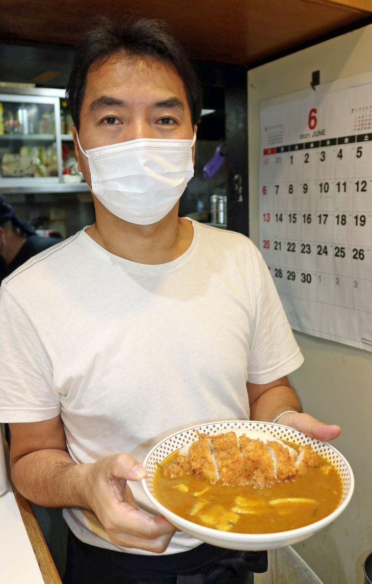 「モンスナック」2代目店主の矢吹雄一郎さん=8日午後、東京都新宿区(竹之内秀介撮影)