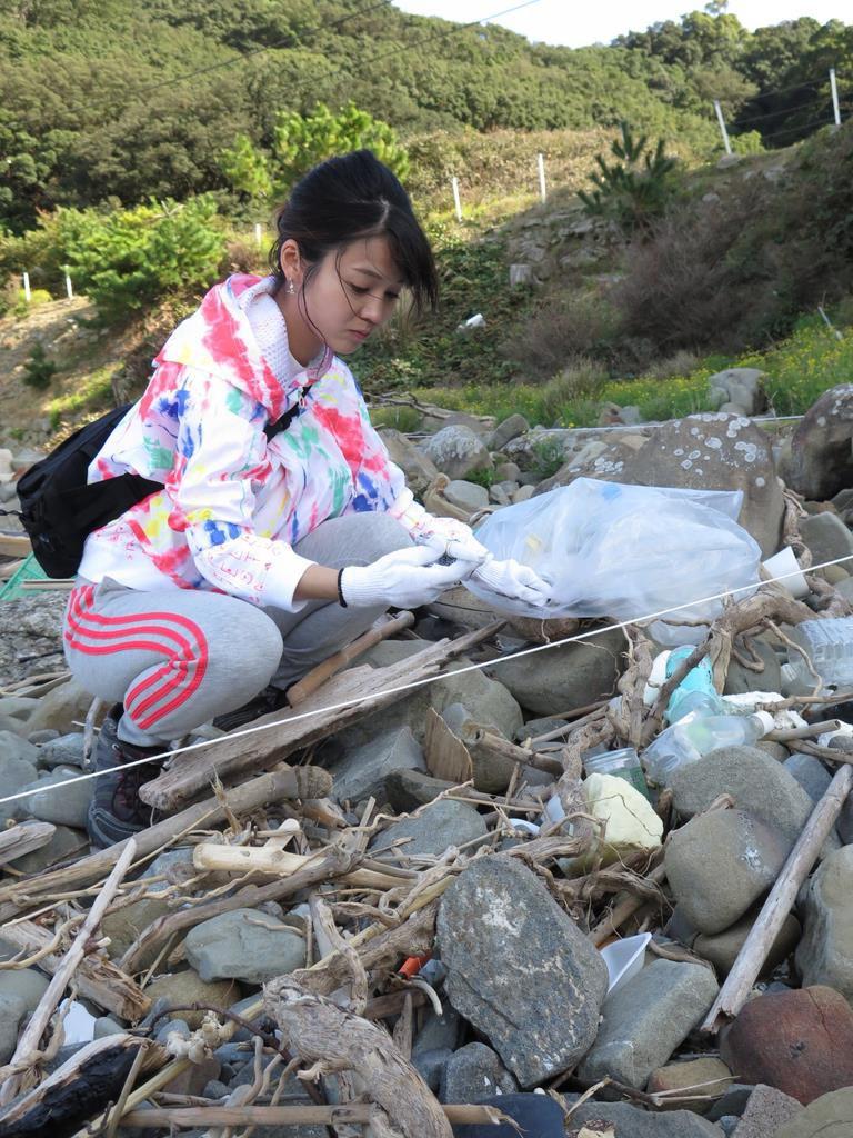 漂着ごみを調べる阪南大学の千葉知世准教授=昨年11月、和歌山市の友ケ島