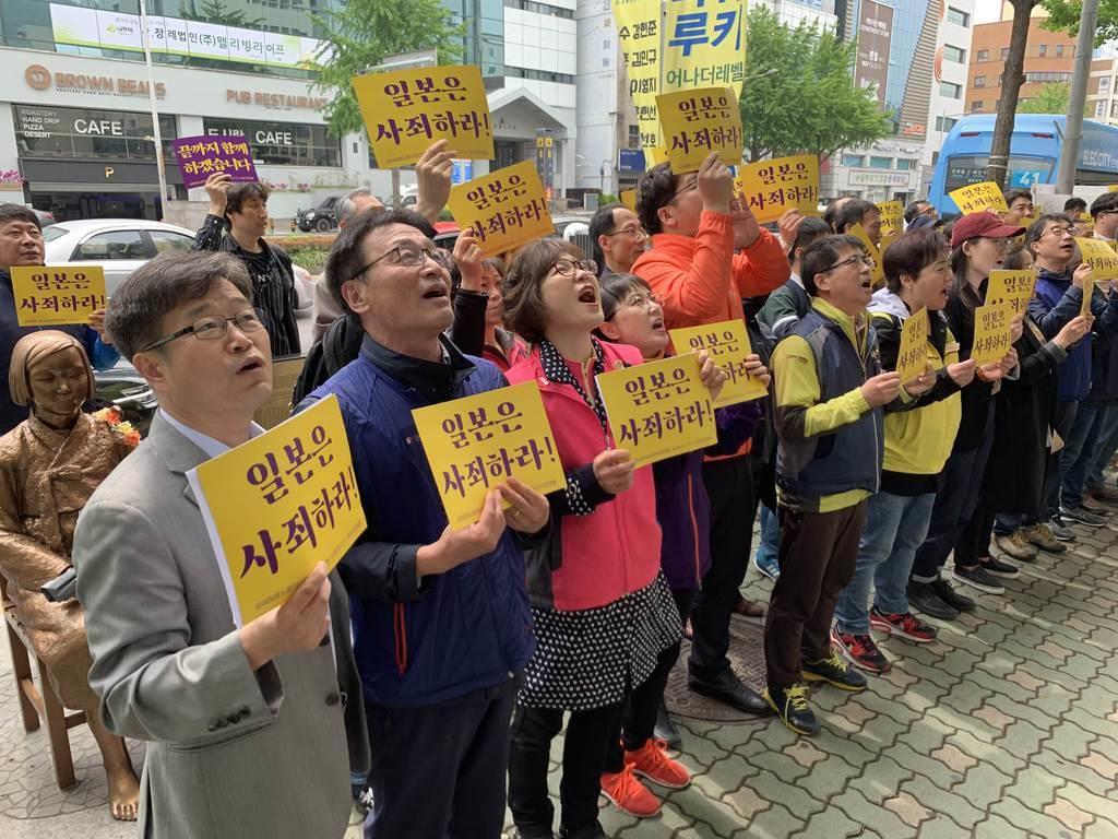 5月1日、釜山の日本総領事館前で日本に謝罪を求める市民団体=名村隆寛撮影